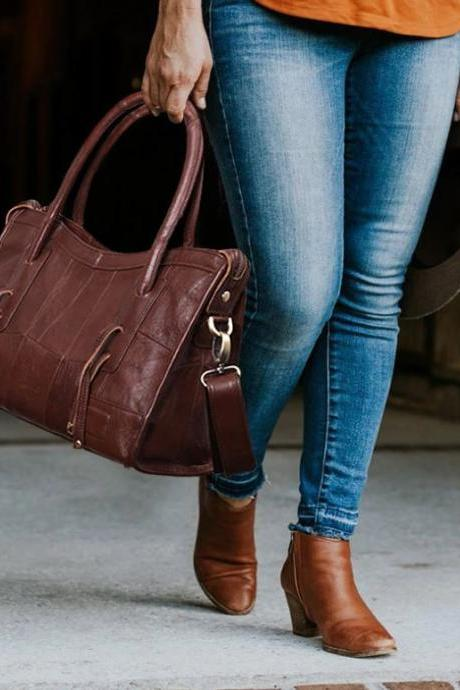 New Western Women Traveling Women Legendary Brown Leather Tote Bags for Women Free Shipping Bags with Free Designer Brooch