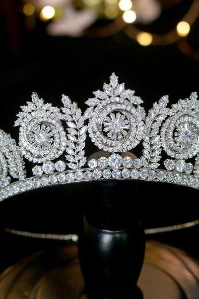 New European Crowns Wedding Headpiece for a Bride Circular Pattern Rhinestones and Crystals Embellishments